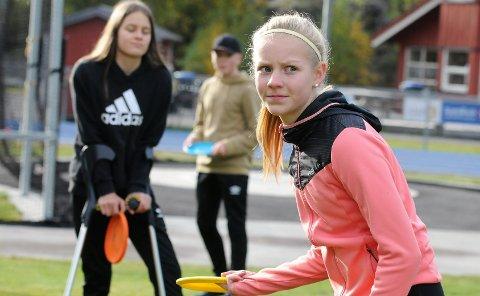 KONSENTRERT: Eline Gigstad Bergum driver med langrenn, skiskyting og fotball. Nylig fikk hun prøve frisbeegolf også.
