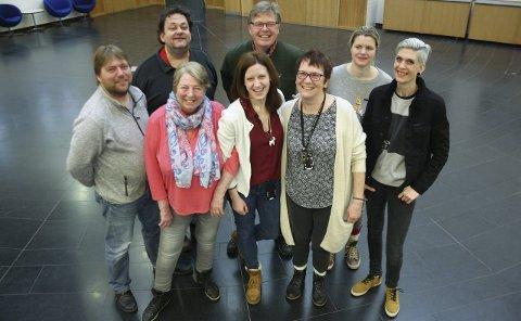 KAOSGENERALER: Bak fra venstre: Christian Lund, Nils Yngve Nilsen, Jan Walbeck, Therese Torp, Linn Hattvang. Foran fra venstre: Nancy Nyquist, Gro Pernille Smørdal og Bibbi Neergaard.