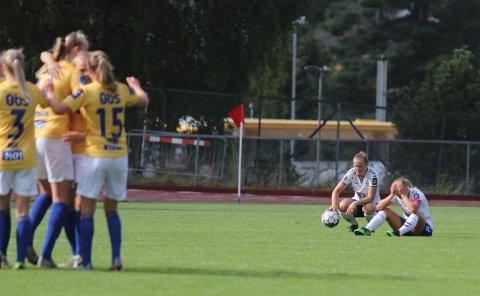 SKUFFELSE: Tonje Pedersen og Nora Eide Lie fortviler, mens Ørn-jentene jubler. Kolbotn ga fra seg en 1-0-ledelse mot Ørns ti spillere.