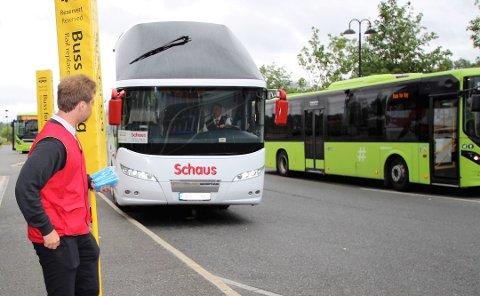 ANNENHVER: Bussene må kjøre med halv kapasitet i sommer.