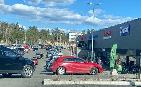 """Mange opplever det som utfordrende å finne parkeringsplass når det """"koker"""" som verst utenfor butikksenteret."""