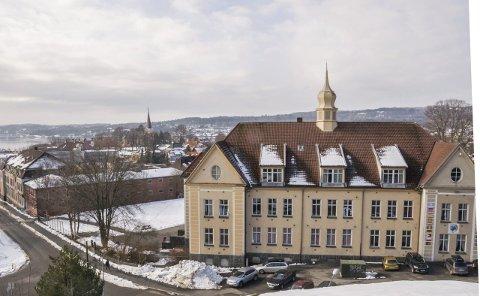 Hva skal området, og byggene, brukes til? Gamle Mesterfjellet skole, med Torstand skole i bakgrunnen til venstre.Foto: Lasse Nordheim