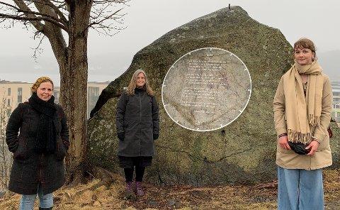 """Tatt foran diktet """"Nuet"""" av Herman Wildenvey som er plassert på Bøkkerfjellet. Fra venstre Elisabeth Hunskaar, Mona Windvik og Olivia Szalai Ørbæk"""