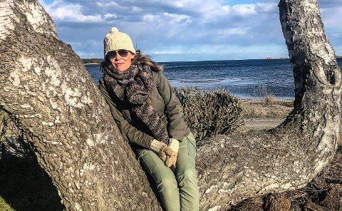 PÅ VISNING: Åsne Seierstad var på visning på hytta i våres, en dag det var skikkelig surt og kaldt. Hun liker plasseringen ved sjøen og at alt er lett tilgjengelig.