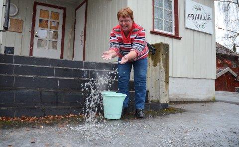 GOD HJELP: Torild J. Edvardsen ved Løten frivilligsentral deler ut gratis grus.
