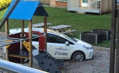 STOPP: Drosjen stoppet midt på lekeplassen, og heldigvis var det ingen personer på plassen da det skjedde.