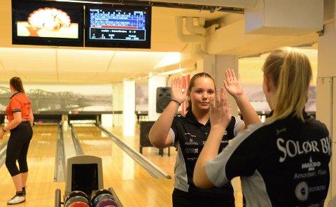 MEGET BRA: Andrea Kvernhusløkken spilte meget sterkt i lag-NM. Her jubler hun sammen med Jenny Mathiesen.