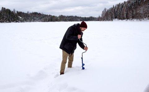 DREVEN ISFISKER: Kristian Thoresen borer seg lett gjennom den metertykke isen på Steffensrudtjernet.
