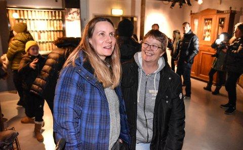PÅ KOLLEGATUR: Ann-Lovis Furuli (til venstre) og Marianne Tengesdal er fascinert over det som skjer på rundturen med Paranormal 24.