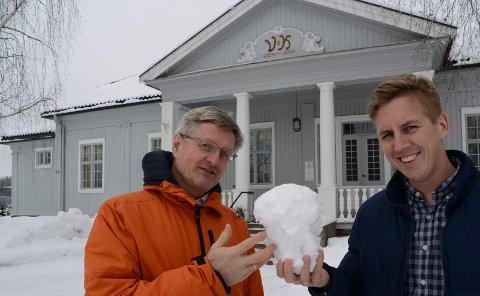 VÆR OG MILJØ: – Solungene og andre bør komme for å snakke og høre andres meninger og fakta om klima og miljø, sier Per Ove Leistad, til venstre, og Kristian Botten Pedersen.