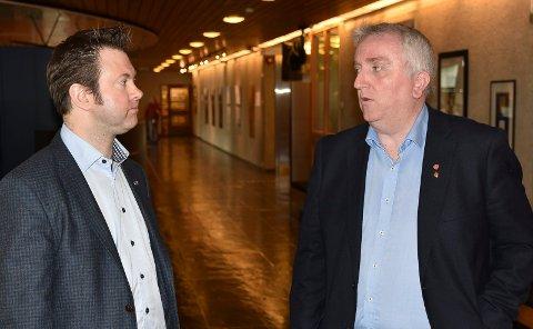 UENIGE: Fylkestingsrepresentantene Yngve Sætre (H), til venstre, og Bjørn Jarle Røberg-Larsen (Ap) er like uenige i fylkestinget som i kommunestyret om hva som er riktig vegløsning for Elverum. Sætre ønsker omkjøringsveg, Røberg-Larsen vil ha ny bru i sentrum. (Foto: Bjørn-Frode Løvlund)