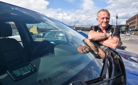 IRRITERENDE: Bjørn Waaler blir litt stresset av totimersregelen. Selv har han automatisk parkeringsskive i bilen.