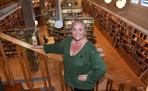 JAKTER VIDERE: Kultursjef Line M. Rustad på Elverum bibliotek.