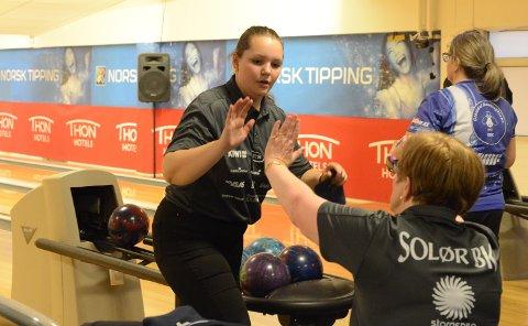 STERK AVSLUTNING: Andrea Kvernhusløkken, til venstre, avsluttet sterkt og sørget for at Solør-damene fikk et veldig viktig poeng. Her får hun high five av Solørs beste spiller i kampen, Anita Meiningen.