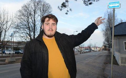 HER: – Her ved Sjursen-parken og kulturkontoret blir nå holdeplassen i begge retninger i Våler sentrum inntil videre, sier Edward Gottenborg i Våler kommune.