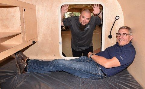 TRANGT OM SALIGHETA: Stig Nordsveen tester sovefasilitetene, med Bjørn-Terje Tennås i døra.