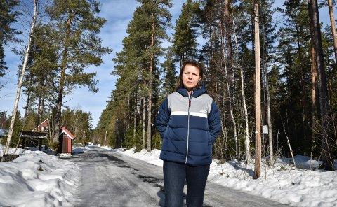FRUSTRERT: Elisabeth Birkelund synes at hun bør få gatelys og bedre vegstandard når eiendomsskatten er blitt mer enn doblet.