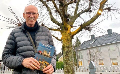 Signar Idland står her med den nye utgaven av Njotarøy.