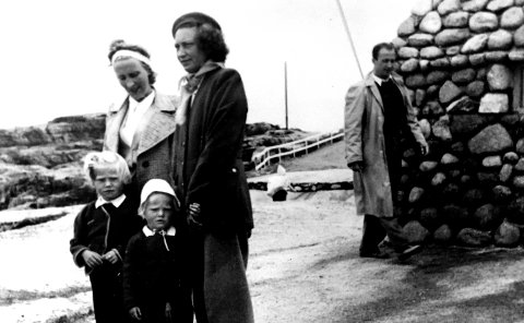 Her er artikkelforfatter Eva Bellsund med søsteren Rita på Verdens Ende i 1949.