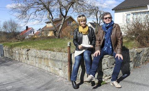 Hilde Grønli (t.v.) og Ingrid Bakken kan ikke forstå at bygningsmyndighetene forholder seg til et regelverk som fører til skade i et godt, etablert boligstrøk. Bak til venstre er huset som skal bygges ut. Hilde Grønli bor i det gule huset og får et nybygg seks meter nærmere enn nå.