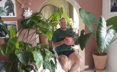 FORNØYD: Sindre får stadig komplimenter for området i og rundt buen inn til stuen. Her er det grønne planter av alle slag, både store og små.