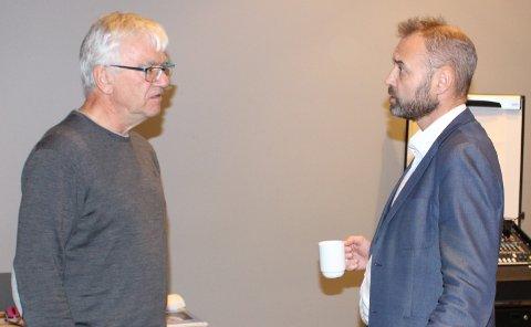 Ordfører Hallgeir Kjeldal til venstre, tok en prat med kommunedirektør Geir Bjelkemyr-Østvang i ei pause i kommunestyret seint på kvelden torsdag. Det er mye å ta tak i når det gjelder saken om forpakterboligen på Langøya.
