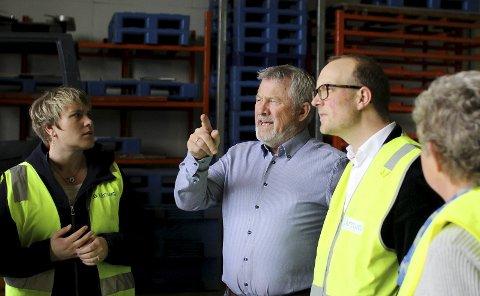 OMVISNING: Sigurd A. Slåttland ga førstekandidat i Østfold Senterparti, Ole André Myhrvold, en omvisning rundt på Slåttland Mek.Industri på Rudskogen Næringspark. Han fortalte blant annet om det gode samarbeidet med de andre bedriftene i området og om teknologiparken som er under utvikling.