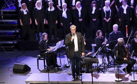 Ønsket velkommen: Rune Brunslid fra Norges Korforbund, ønsket gjestene hjertelig velkomne til konsert med musikk fra musikalene Evita, Les Misérables og My Fair Lady.