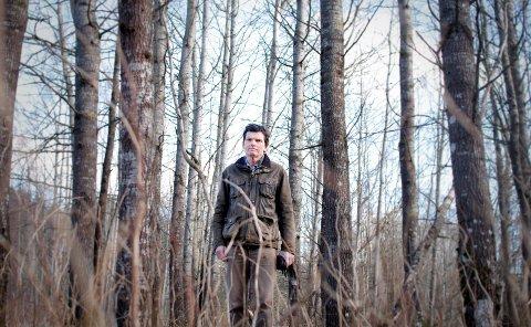 BER OM TÅLMODIGHET: Skogbrukssjef Knut Østby forteller at det er mye rot ved Dørjestien. Årsaken er at de ikke har fått fjernet hogsten, som de gjorde i desember. - Vi rydder opp så fort været tillater det, sier han.