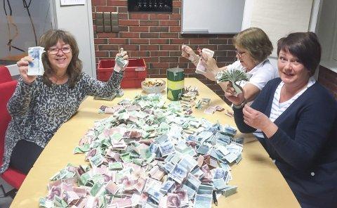 Teller opp: Mona Torkilseng (t.v.), Ella Hammer og Randi Fagerjord i DnB talte opp 370.000 kroner etter årets bøssebærer-aksjon i Rana.Foto: Eirik Røtnes