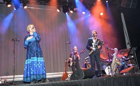 overrasket: Publikum fikk også oppleve Erlandsen som sanger sammen med Ida Maria på flere låter.