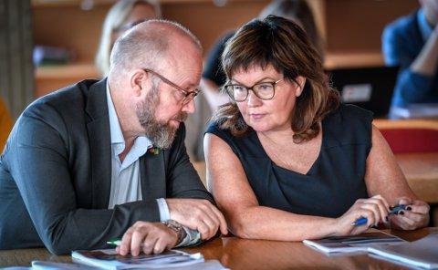 Ordfører Geir Waage og varaordfører Anita Sollie i Rana kommune argumenterer for en tosykehusmodell på Helgeland.