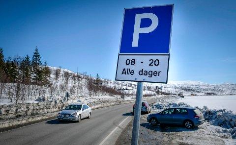 Parkering lang E12 i påsken kun på skiltede plasser. Jan Handeland fra SVV og Joakim Einhaug fra politiet.