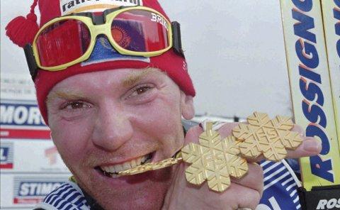 GULLGUTT: Vladimir Smirnov med gullet han vant på 15 kilometer jaktstart i VM i Thunder Bay. Den 4. april går han Blåvegenløpet.