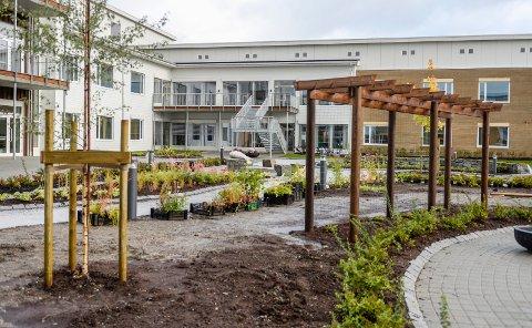 Nå kan institusjonene som her Selfors sykehjem er et eksempel på, gå over til grønt nivå igjen og åpne for besøkende - med noen restriksjoner for å hindre smitte av coved-19.