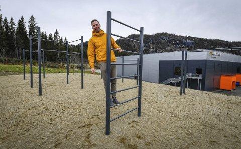 Yngve Johan Ånonli klatrer i den nye tufteparken bak Polarsirkelen videregående skole på Mjølan. Til våren skal det anlegges en nihulls frisbeegolf-bane i samme område.