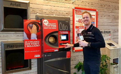 PANT: Butikksjef Edvard Børresen hosEUROSPAR Brumunddal opplever en kraftig økning i salget i desember. Blant annet mye drikke som gir enda mer pant til Røde Kors.