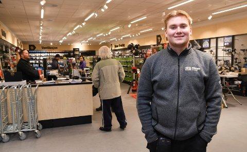 Trives: Sivert Sandberg er lærling hos XL Bygg Brumunddal. Onsdag var det offisiell åpning av butikken.
