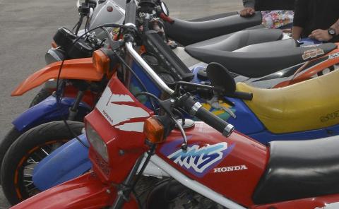 Kontrollert: Politiet kontrollerte tohjulinger ved Ringsaker videregående skole.