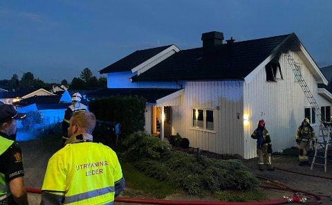 SLUKKER: Nødetatene er på stedet og brannvesenet jobber med slukking i 23.55-tiden mandag kveld.