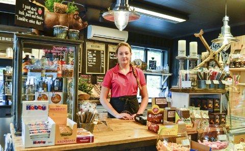 Her koser Vilde Skredshol seg med å stelle butikk og møte gjestene: – Gjestene har vært veldig positive. Flere synes det er en spennende butikk.