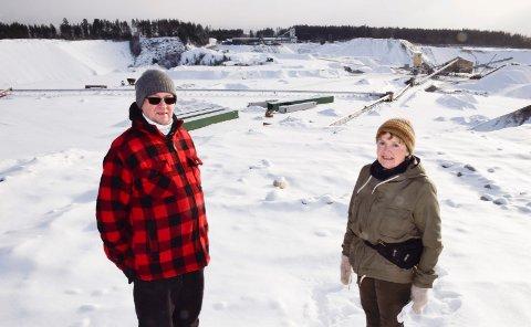 LITE IGJEN: Leder i Vågård Vel, Øystein Nordbø, og Kilemoen-forkjemper Mary Blikken Gravdahl mener at det blir lite igjen til kommende generasjoner. Her ved grustaket på Hensmoen.