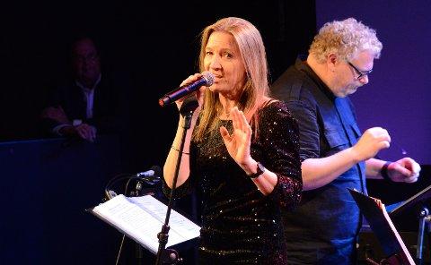 DANSEMUSIKK: Kjersti Røgeberg spiller sammen med Hønefoss Storband i helgen. Hun får også selskap av Rolf Erik Gilhuus på scenen.