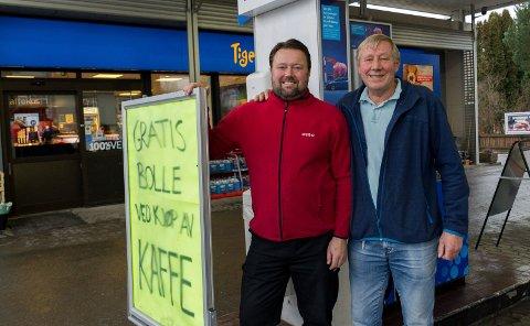 TO GENERASJONER: Thomas Brenden og Tore Brenden utenfor Esso-stasjonen på Jevnaker. De planlegger å drive videre selv om E16 skal gå utenom.