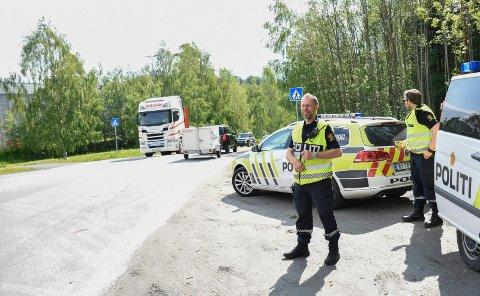 KONTROLL: Tore Lien og UP var på plass i Hovsmarkveien - både for å kontrollere promille og fart og for å se på den økte trafikken.