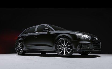 KJØRTE PÅ EN SLIK BIL: Det var en svart Audi A3 som ble rygget på av en lastebil før den dro fra stedet i Storgta i 15-tida torsdag.