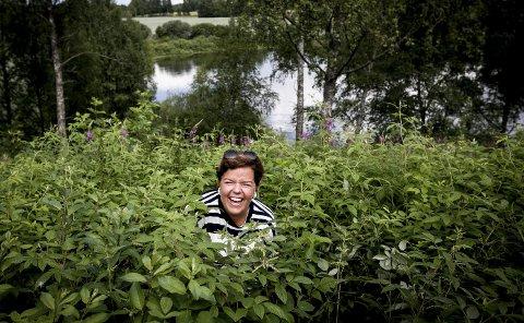 """BYR PÅ SEG SELV: Else Kåss Furuseth var med i RBs sommerserie """"Mitt jordbærsted"""" i sommer. Hun tok seg mer enn gjerne en tur ut i et brenneslekrattet for å blidgjøre RBs fotograf."""