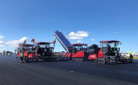 FIRE METER PER MINUTT: Maskinene som legger asfalten kan produsere fire meter ferdig rullebane i minuttet.