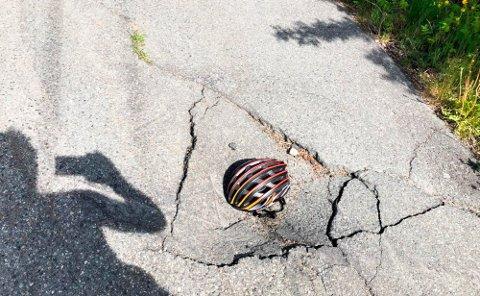 HØYDEFORSKJELL: Det var en tydelig høydeforskjell da Olav Hovde la hjelmen sin ned i hullet.