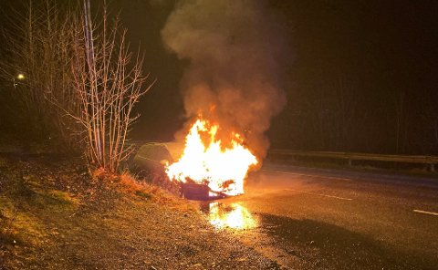 BRANN: En bil i Holmestrand sto i full fyr.